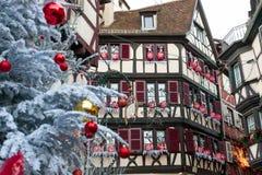 Weihnachtsdekoration mit in Colmar Stockfoto