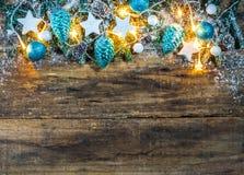 Weihnachtsdekoration mit den blauen und weißen Verzierungen Stockbild