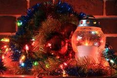 Weihnachtsdekoration mit einer Kerze Lizenzfreie Stockfotografie