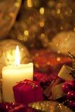 Weihnachtsdekoration mit einer Kerze stockfotografie