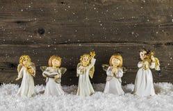 Weihnachtsdekoration mit Engeln auf hölzernem Hintergrund für ein gree Stockfotos