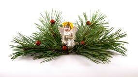 Weihnachtsdekoration mit Engelszahl und grünen Niederlassungen Stockfoto
