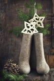 Weihnachtsdekoration mit Filzstiefeln und den Niederlassungen der Tanne Stockbild