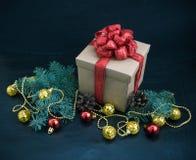 Weihnachtsdekoration mit Geschenk auf dunklem Hintergrund Lizenzfreies Stockbild
