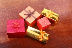 Weihnachtsdekoration mit Geschenkboxen auf einem hölzernen Desktop Lizenzfreie Stockfotografie