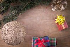 Weihnachtsdekoration mit Geschenken auf altem Holz Stockbilder