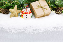 Weihnachtsdekoration mit goldenem Stern und Geschenkbox Stockfotos