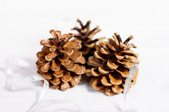 Weihnachtsdekoration mit Kegel Stockfotos