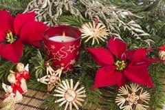 Weihnachtsdekoration mit Kerze Stockfotografie