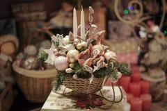 Weihnachtsdekoration mit Kerze, Tannenzweigen und Kiefernkegeln Stockfotografie