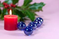 Weihnachtsdekoration mit Kerzeleuchte, Stechpalme Stockfotografie