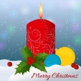 Weihnachtsdekoration mit Kerzen-, Stechpalmen- und Weihnachtsbällen im Schnee Lizenzfreie Stockfotos