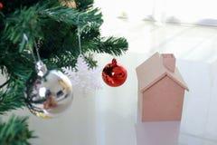 Weihnachtsdekoration mit kleinem Holzhaus Stockfotografie