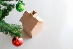 Weihnachtsdekoration mit kleinem Holzhaus Lizenzfreies Stockfoto