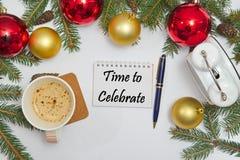 Weihnachtsdekoration mit Mitteilung ZEIT ZU FEIERN lizenzfreie stockfotografie