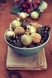Weihnachtsdekoration mit Nüssen, Kegel, Weihnachtsbälle Lizenzfreie Stockfotos