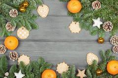 Weihnachtsdekoration mit Plätzchen auf einem hölzernen Hintergrund Lizenzfreie Stockbilder