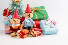 Weihnachtsdekoration mit reizendem Bären, einem Geschenk, Weihnachtsbaum und Band Stockbild