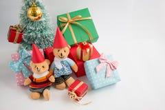 Weihnachtsdekoration mit reizendem Bären, einem Geschenk, Weihnachtsbaum und Band Lizenzfreies Stockbild