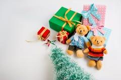 Weihnachtsdekoration mit reizendem Bären, einem Geschenk, Weihnachtsbaum und Band Stockfotografie