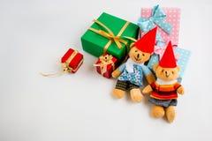 Weihnachtsdekoration mit reizendem Bären, einem Geschenk, Weihnachtsbaum und Band Lizenzfreie Stockfotos