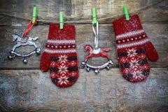 Weihnachtsdekoration mit Rot gestrickten Handschuhen stockfotos