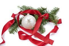 Weihnachtsdekoration mit rotem Band und Weihnachtsball Lizenzfreies Stockfoto