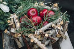 Weihnachtsdekoration mit roten Winteräpfeln Selektiver Fokus Lizenzfreie Stockfotografie