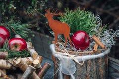 Weihnachtsdekoration mit roten Winteräpfeln Selektiver Fokus Stockfotos