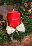 Weihnachtsdekoration mit roter Kerze und Juden verzweigt sich auf Baum tr Lizenzfreie Stockfotos