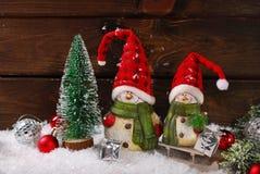 Weihnachtsdekoration mit Sankt-Figürchen auf hölzernem Hintergrund Lizenzfreies Stockfoto
