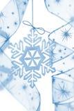Weihnachtsdekoration mit Schneeflocke und Farbbändern lizenzfreie stockfotos