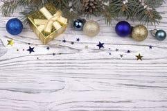 Weihnachtsdekoration mit Silber und blauen Bällen spielt Schneeflocken die Hauptrolle Lizenzfreie Stockfotos