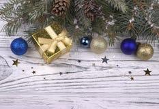 Weihnachtsdekoration mit Silber und blauen Bällen spielt Schneeflocken die Hauptrolle Lizenzfreies Stockbild