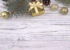Weihnachtsdekoration mit silbernem und goldenem Weihnachtsballgeschenk Stockfoto