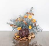 Weihnachtsdekoration mit silbernen Tannenzweigen stockfotografie