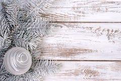 Weihnachtsdekoration mit Tanne und Schnee Stockbilder