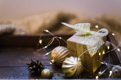 Weihnachtsdekoration mit Tannenbaum, Geschenkbox, Girlande beleuchtet, spielt Der Junge gelegt auf den Schnee Stockfotos