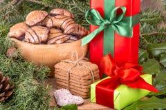 Weihnachtsdekoration mit Tannenzweigen, Mistelzweig, hölzernen Plätzchen und Geschenken Lizenzfreies Stockfoto