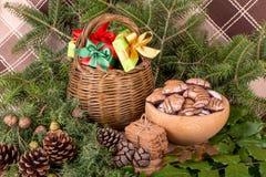 Weihnachtsdekoration mit Tannenzweigen, Mistelzweig, hölzernen Plätzchen und Geschenken Lizenzfreie Stockfotografie