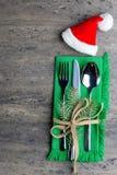 Weihnachtsdekoration mit Tischbesteck auf einer Serviette mit einer neuen Niederlassung eines Kiefernpunktes, gebunden mit einem  Lizenzfreie Stockfotografie