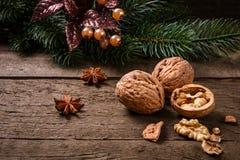 Weihnachtsdekoration mit Walnüssen Stockfotos