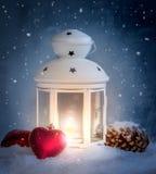 Weihnachtsdekoration mit weißer Laterne Stockbild