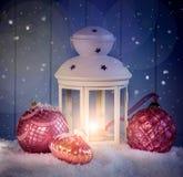 Weihnachtsdekoration mit weißer Laterne Lizenzfreies Stockfoto