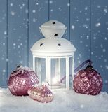 Weihnachtsdekoration mit weißer Laterne Stockfoto