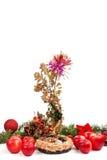 Weihnachtsdekoration mit Weidenkorb mit Stroh Lizenzfreie Stockbilder