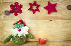 Weihnachtsdekoration mit Weihnachtsmann-Figürchen Stockbild