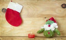 Weihnachtsdekoration mit Weihnachtsmann-Figürchen Lizenzfreies Stockfoto