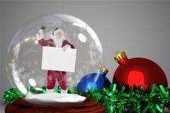Weihnachtsdekoration mit Weihnachtsmann-Figürchen in der Glaskugel Stockbilder