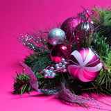 Weihnachtsdekoration. Pinks und Silber-Bälle auf Weihnachten-tre Stockfotografie